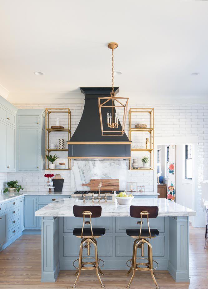 niebieska kuchnia, niebieskie fronty, kolor kuchni, podłoga drewniana, piekarnik wolnostojący, lampa vintage, okap vintage, hokery vintage, wyspa kuchenna