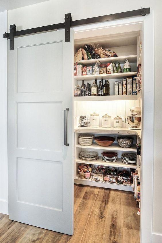 spiżarnia wkuchni, kuchnia wstylu rustykalnym, kuchnia farmhouse, jak urządzić kuchnię, dodatki dokuchni