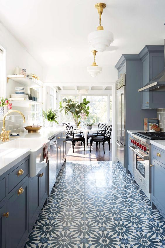 niebieska kuchnia, mozaika wkuchni, piekarnik wolnostojący