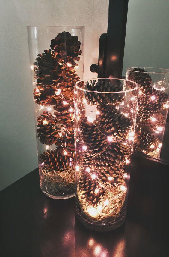 jesienny dekor, szyszki wszklanym naczyniu, alternatywne oświetlenie