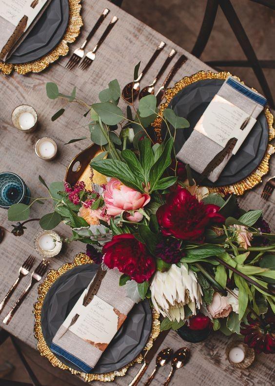 elegancka zastawa stołowa, elegankie nakrycie dostołu, stylowe wnętrze