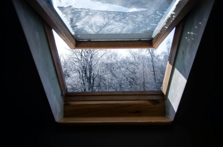 okna dachowe, montaż okien dachowych, Kiedy wstawiać okna, kiedy zamawiać okna, kiedy montować okna wdomu, montaż okien, jak zabezpieczyć okna wczasie budowy, kiedy wstawiać okna donowego domu, kiedy wstawiać okna dostanu surowego, ciepły montaż okien, montaż okien naciepło